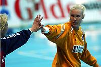 Håndball, 26. september 2002. Treningskamp, Norge - Jugoslavia 31-19. Heide Tjugum Mørk, Norge, spilte en kjempekamp, her sammen med Marit Breivik.