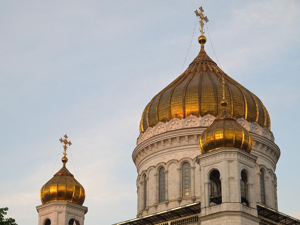 Die Christ-Erl&ouml;ser-Kathedrale (Chram Christa Spasitelja) ist eine Kathedrale in der russischen Hauptstadt Moskau. Sie gilt als das zentrale Gotteshaus der Russisch-Orthodoxen Kirche und geh&ouml;rt mit 103 Metern zu den h&ouml;chsten orthodoxen Sakralbauten weltweit. Die am linken Ufer der Moskwa westlich des Kremls stehende Kathedrale wurde urspr&uuml;nglich 1883 erbaut, w&auml;hrend der Stalin-Herrschaft 1931 zerst&ouml;rt und im Jahr 2000 originalgetreu wiedererrichtet.<br /> <br /> The Cathedral of Christ the Saviour is the tallest Eastern Orthodox Church in the world. It is situated in Moscow, on the bank of the Moskva River, a few blocks west of the Kremlin.