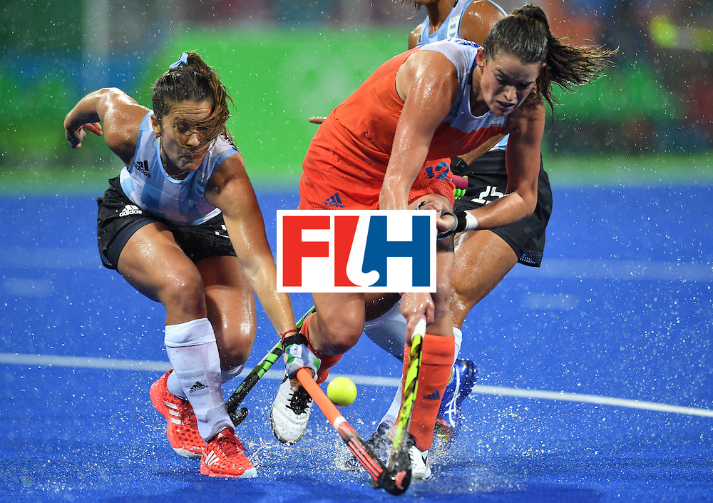 Argentina's Julia Gomes (L) vies with Netherland's Lidewij Welten during the women's quarterfinal field hockey Netherlands vs Argentina match of the Rio 2016 Olympics Games at the Olympic Hockey Centre in Rio de Janeiro on August 15, 2016. / AFP / Carl DE SOUZA        (Photo credit should read CARL DE SOUZA/AFP/Getty Images)