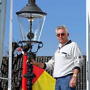NLD/Huizen/20080926 - Laatst werkende gaslamp gerestaureerd door dhr. van der Hulst