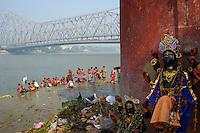 Inde, Bengale Occidental, Calcutta (Kolkata), bain public sur des Ghat près du pont d'Howrah à l'arrière-plan // India, West Bengal, Kolkata, Calcutta, Ghat near Howrah bridge, People bathing in Hooghly River