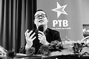 Saint Nicolas, Luik, Belgium 12 Mei 2017. Een bijeenkomst van de PTB, de Waalse afdeling van de PVDA, de linkse en opkomende partij in België, vooral groot in Wallonie, met tweetalige stemmentrekker Raoul Hedebouw die vragen beantwoord.