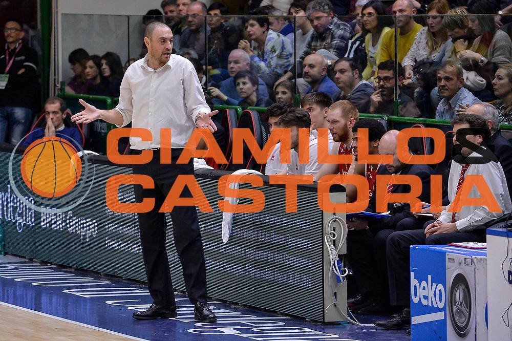 DESCRIZIONE : Sassari LegaBasket Serie A 2015-2016 Dinamo Banco di Sardegna Sassari - Giorgio Tesi Group Pistoia<br /> GIOCATORE : Vincenzo Esposito<br /> CATEGORIA : Allenatore Coach Delusione<br /> SQUADRA : Giorgio Tesi Group Pistoia<br /> EVENTO : LegaBasket Serie A 2015-2016<br /> GARA : Dinamo Banco di Sardegna Sassari - Giorgio Tesi Group Pistoia<br /> DATA : 27/12/2015<br /> SPORT : Pallacanestro<br /> AUTORE : Agenzia Ciamillo-Castoria/L.Canu
