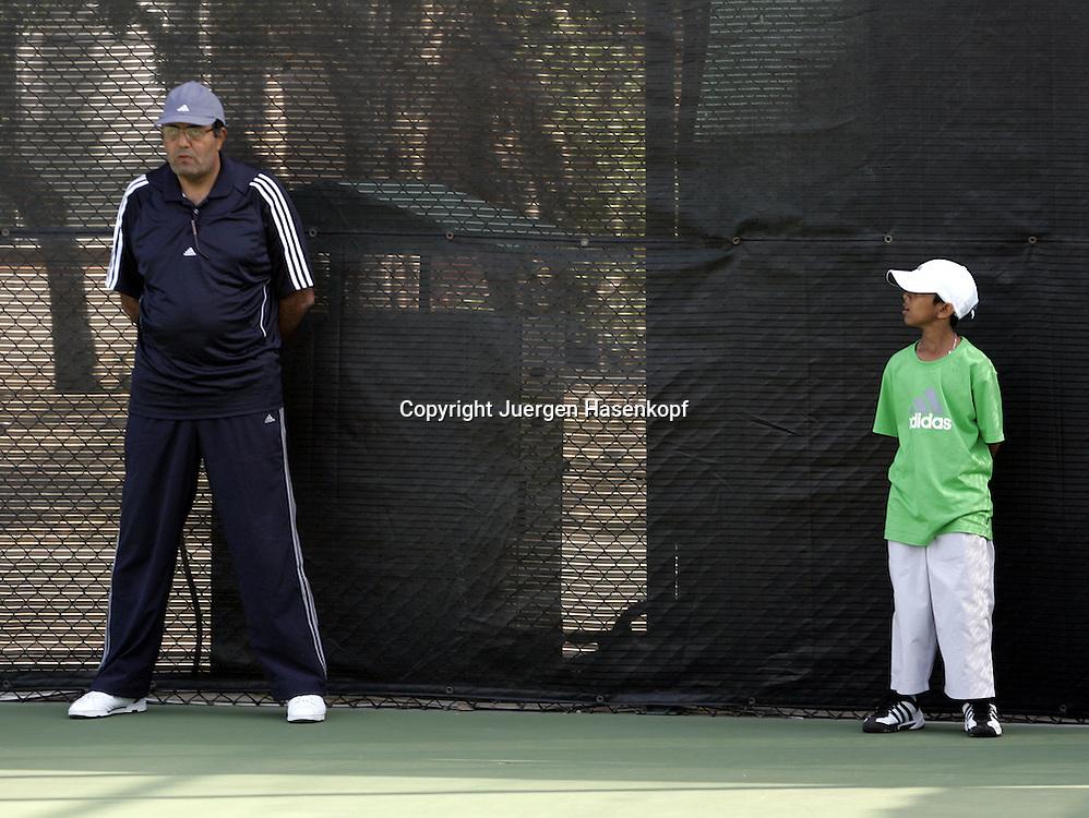 Dubai Tennis Championships, Sport, Tennis,  ATP Gold Series Tournament, kleiner Balljunge schaut zum grossen Linienrichter...Foto: Juergen Hasenkopf..B a n k v e r b.  S S P K  M u e n ch e n, ..BLZ. 70150000, Kto. 10-210359,..+++ Veroeffentlichung nur gegen Honorar nach MFM,..Namensnennung und Belegexemplar. Inhaltsveraendernde Manipulation des Fotos nur nach ausdruecklicher Genehmigung durch den Fotografen...Persoenlichkeitsrechte oder Model Release Vertraege der abgebildeten Personen sind nicht vorhanden.