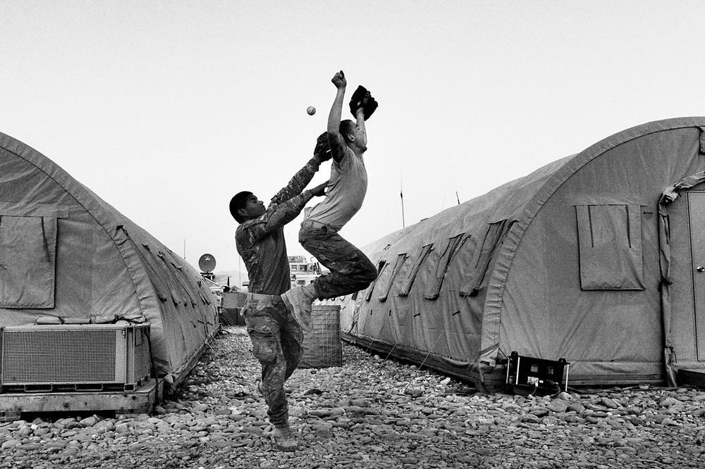 Soladati americani giocano a baseball durante un momento di relax
