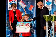 NIEUWEGEIN - Mr. Pieter van Vollenhoven reikt in Nieuwegein het 15 miljoenste Nationale Zwemdiploma uit aan de 7-jarige Eline.  copyright robin utrecht <br /> NIEUWEGEIN - Mr. Pieter van Vollenhoven hands out the 15 millionth National Swimming Diploma in Nieuwegein to the 7-year-old Eline. copyright robin utrecht