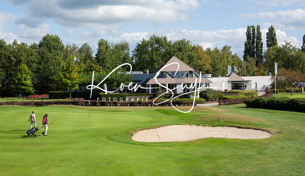 OOSTERHOUT - Hole 18 met het clubhuis. . Oosterhoutse Golf Club. COPYRIGHT KOEN SUYK