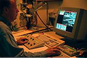 Nederland, Nijmegen, 2000Onderzoek met elektronenmicroscoop van asbest bij de medische faculteit van de Katholieke universiteit.Foto: Flip Franssen