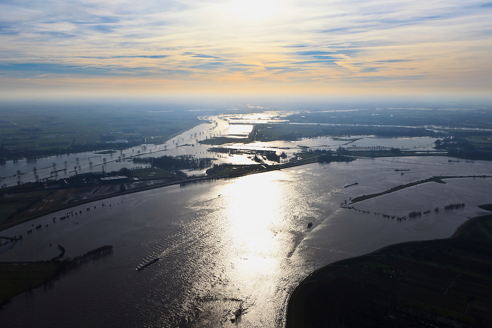 Nederland, Gelderland, Gemeente Maasdriel, .Heerewaarden bij hoogwater, waar Maas en Waal (voorgrond) elkaar bijna raken, gescheiden door een engte, gezien in de richting van het kanaal van Sint Andries..Heerewaarden at high tide, where the river Maas (Meuse) and Waal (foreground) almost touch, divided bij a isthmus, viewed in the direction of the canal of St. Andries. luchtfoto (toeslag), aerial photo (additional fee required).foto/photo Siebe Swart