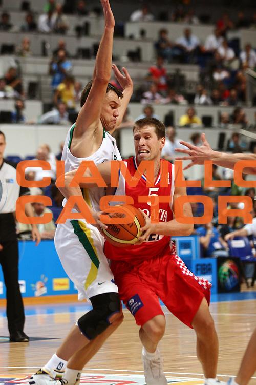 DESCRIZIONE : Madrid Spagna Spain Eurobasket Men 2007 Quarter Final Quarti di Finale Lituania Croazia Lithuania Croatia <br /> GIOCATORE : Davor Kus<br /> SQUADRA : Croazia Croatia<br /> EVENTO : Eurobasket Men 2007 Campionati Europei Uomini 2007 <br /> GARA : Lituania Croazia Lithuania Croatia  <br /> DATA : 14/09/2007 <br /> CATEGORIA : Palleggio<br /> SPORT : Pallacanestro <br /> AUTORE : Ciamillo&amp;Castoria/C.Candel <br /> Galleria : Eurobasket Men 2007 <br /> Fotonotizia : Madrid Spagna Spain Eurobasket Men 2007 Quarter Final Quarti di Finale Lituania Croazia Lithuania Croatia <br /> Predefinita :