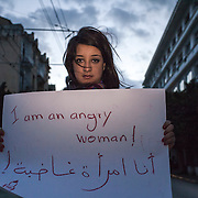 """Tunisi, Wala blogger, mostra un cartello con scritto """"sono una donna arrabbiata"""""""