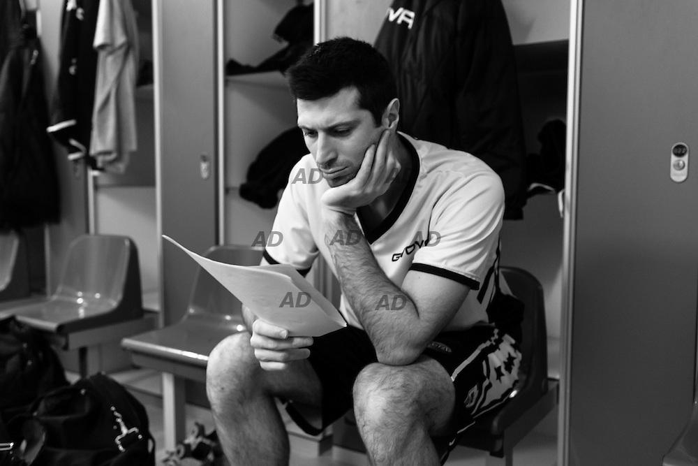 Daniele Cianciarini attende l'inizio della partita nello spogliatoio.<br /> Caserta &egrave; l&rsquo;unica citt&agrave; del sud a vantare un titolo nella pallacanestro agli inizi degli anni 90, al tempo Phonola Caserta, oggi Pasta Reggia Caserta. Dopo essere praticamente scomparsa alla fine degli anni 90 &egrave; ricomparsa nel 2003 iscrivendosi in serie B e nel 2008 &egrave; tornata in serie A.<br /> Dopo cinque sconfitte consecutive la Pasta Reggio di Caserta vince a Reggio Emilia un incontro intenso e vibrante al termine del tempo supplementare. A 30&rdquo; dalla fine era sotto di tre punti, Prima Putney fa un canestro da 3 punti e poi a 2&rdquo; il nuovo arrivato Diawara segna il punto della vittoria.