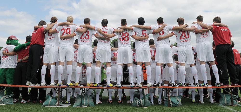 Fussball 1. Bundesliga 2011/2012  14.07.2011 Fototermin beim VfB Stuttgart Das Team des VfB Stuttgart umarmt sich fuer ein Fotoshooting