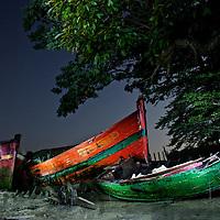 Le cimetière de bateau du Bono dans le golfe du Morbihan un soir de pleine Lune.