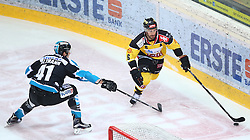 24.01.2016, Albert Schultz Eishalle, Wien, AUT, EBEL, UPC Vienna Capitals vs EHC Liwest Black Wings Linz, Platzierungsrunde, im Bild Mario Altmann (EHC Liwest Black Wings Linz) und Rafael Rotter (UPC Vienna Capitals) // during the Erste Bank Icehockey League placement round match between UPC Vienna Capitals and EHC Liwest Black Wings Linz at the Albert Schultz Ice Arena, Vienna, Austria on 2016/01/24. EXPA Pictures © 2016, PhotoCredit: EXPA/ Thomas Haumer