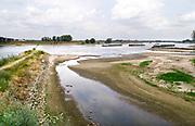 Nederland, Nijmegen, 21-8-2018 Door de aanhoudende droogte staat het water in de rijn, ijssel en waal extreem laag . Schepen moeten minder lading innemen om niet te diep te komen . Hierdoor is het drukker in de smallere vaargeul . Door uitblijven van regenval in het stroomgebied van de rijn komt het record, laagterecord van 6,89 meter uit 2011in zicht . Foto: Flip Franssen