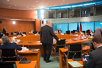 DEU, Deutschland, Germany, Berlin, 08.04.2020: Bundeswirtschaftsminister Peter Altmaier (CDU) an seinem Platz vor Beginn der 92. Kabinettsitzung im Bundeskanzleramt. Aufgrund der Coronakrise findet die Sitzung derzeit im Internationalen Konferenzsaal statt, damit genügend Abstand zwischen den Teilnehmern gewahrt werden kann.