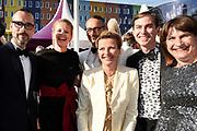 Amsterdam Diner in de Heineken Music Hall. De opbrengst van het benefietdiner gaat naar onderzoek van de aidsactivisten die vorig jaar omkwamen bij de vliegramp met de MH17.<br /> <br /> Op de foto:  Prinses Mabel met haar zus Nicoline Wisse Smit , Viktor Horsting , Rolf Snoeren en Lilianne Ploumen