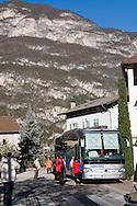 Italie, Kurtinig, Cortina, 20080403.<br /> Dorpsplein met touringcar Bergen op de achtergrond.<br /> Trento, Dolomieten<br /> <br /> Italy, Kurtinig, Cortina, 20080403.<br /> Village square with touringcar. Mountains in the background.<br /> Trento, Dolomites