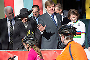 Koning Willem-Alexander en koningin Maxima tijdens een streekbezoek aan West-Brabant op en rond de Brabantse Wal. <br /> <br /> King Willem-Alexander and Queen Maxima during a regional visit to West-Brabant.<br /> <br /> Op de foto / On the photo:  Aankomst en ronleiding  bij het Zuidwesthoek College ( Wielercollege ) /// Arrival and tour of the southwest corner College (College Cycling) Op de foto ook Thalita de Jong (Nederlands en wereld Kampioen Veldrijden )