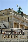 Duitsland, Berlijn, 22-8-2009Het vierspan op de Brandenburger Tor. Een bus met toeristen die een city tour doen rijdt voorbij.Foto: Flip Franssen/Hollandse Hoogte