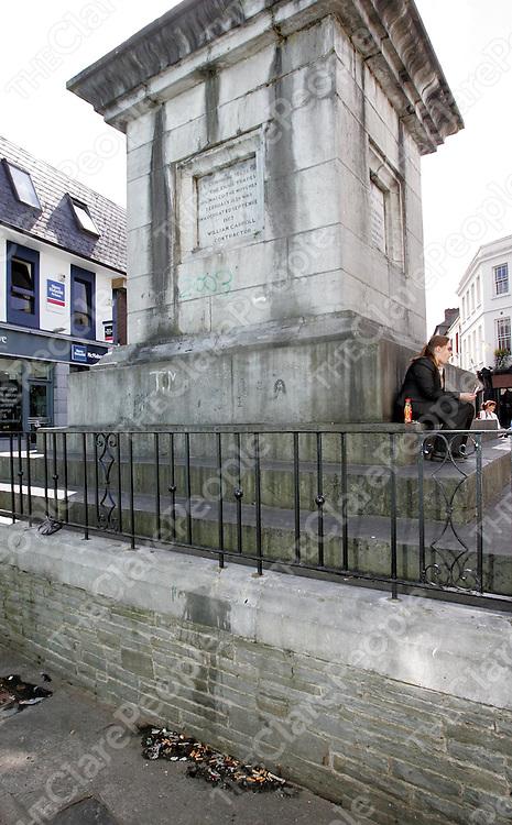 290805<br />Cigarette butts at the monument in Ennis town centre.Pic Arthur Ellis/Press 22.