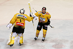 12.04.2019, Albert Schultz Halle, Wien, AUT, EBEL, Vienna Capitals vs EC Red Bull Salzburg, Halbfinale, 7. Spiel, im Bild Torjubel der Vienna Capitals nach dem 3:1 durch Chris DeSousa (Vienna Capitals) und Jean Philippe Lamoureux (Vienna Capitals) // during the Erste Bank Icehockey 7th semifinal match between Vienna Capitals and EC Red Bull Salzburg at the Albert Schultz Halle in Wien, Austria on 2019/04/12. EXPA Pictures © 2019, PhotoCredit: EXPA/ Alexander Forst