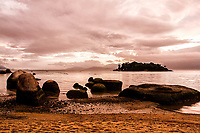 Ilha das Laranjeiras vista da Praia da Tapera ao anoitecer. Florianópolis, Santa Catarina, Brasil. / Laranjeiras Island viewed from Tapera Beach at evening. Florianopolis, Santa Catarina, Brazil.