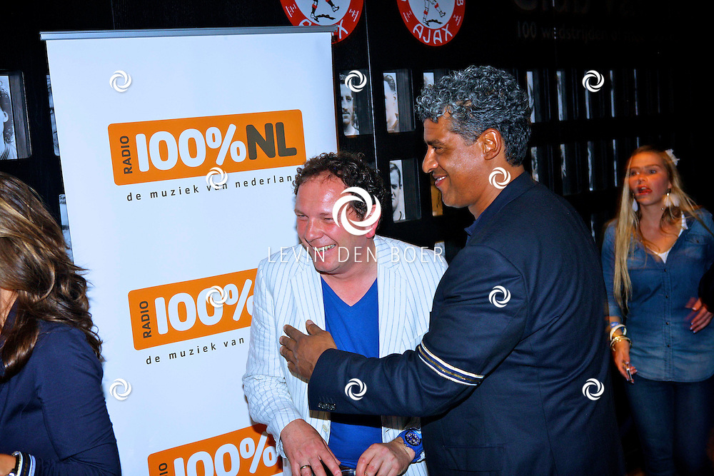 AMSTERDAM - Na het grote Toppers concert mochten de VIPS over de rode loper naar het VIP feest.  Met op de foto Robert Leroy en Frank Rijkaard. FOTO LEVIN DEN BOER - PERSFOTO.NU