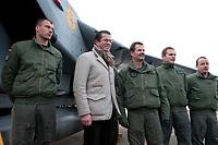 """30 NOV 2010, JAGEL/GERMANY:<br /> Karl-Theodor zu Guttenberg (2.v.L.), CSU, Bundesverteidigungsminister, und Oberst Karsten Stoye (3.v.L.), Kommodore Aufklaerungsgeschwader 51 """"Immelmann"""", begruessen Piloten nach der Rueckkehr der in Afghanistan eingesetzten RECCE TORNADO Aufklaerungsjets, Aufklaerungsgeschwader 51 """"Immelmann"""", Fliegerhorst Jagel<br /> IMAGE: 20101130-01-028<br /> KEYWORDS: Bundeswehr, Armee, Luftwaffe"""