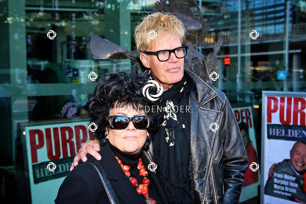 AMSTELVEEN - De rode loper bij de premiere van Purper Helden.  Met op de foto Ad Visser en zijn moeder. FOTO LEVIN DEN BOER - PERSFOTO.NU