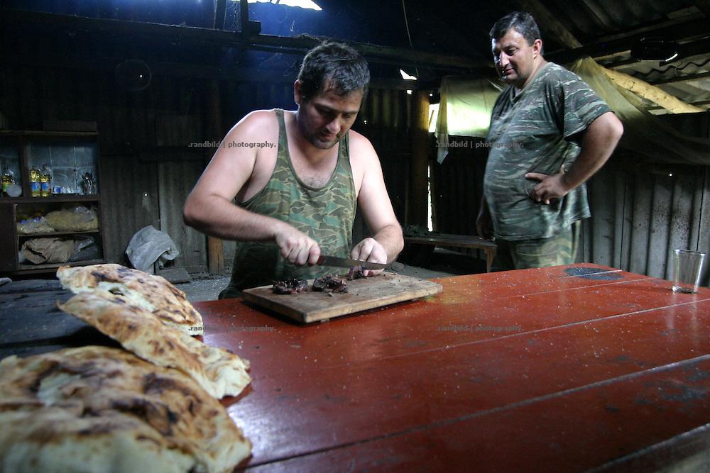 Georgien/Abchasien, Suchumi, 2006-08-28, In einer Feldküche abchasischer Soldaten im zwischen Abchasen und Georgiern umkämpften Kodorital . Abchasien erklärte sich 1992 unabhängig von Georgien. Nach einem einjährigen blutigen Krieg zwischen den Abchasen und Georgiern besteht seit 1994 ein brüchiger Waffenstillstand, der von einer UNO-Beobachtermission unter personeller Beteiligung Deutschlands überwacht wird. Trotzdem gibt es, vor allem im Kodorital immer wieder bewaffnete Auseinandersetzungen zwischen den Armeen der Länder sowie irregulären Kämpfern. (Abkhazian soldiers in the Kodori gorge, where abkhazian and georgian fighting each other. Abkhazia declared itself independent from Georgia in 1992. After a bloody civil war a UNO mission observing the ceasefire line between Georgia and Abkhazia since 1994. Nevertheless nearly every day armed incidents take place in the Kodori gorge between the both armys and unregular fighters )
