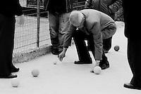 Reportage sviluppato ad Alessano (LE). Viene presa in considerazione fotograficamente, la gente che popola il paese nei suoi bar, piazze, strade, giardini pubblici. Ed, insieme a questa, i particolari caratterizzanti il luogo...uomino esegue una misurazione durante una partita a bocce