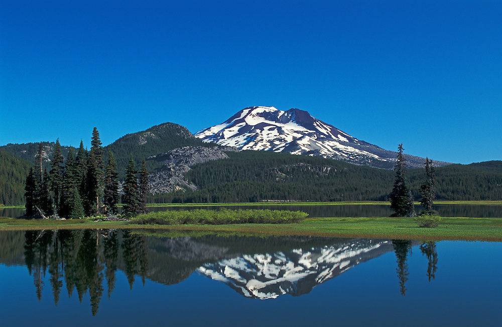 Sparks Lake and South Sister Mountain from Ray Atkeson Memorial Trail, Deschutes National Forest, Cascade Mountains, Oregon.