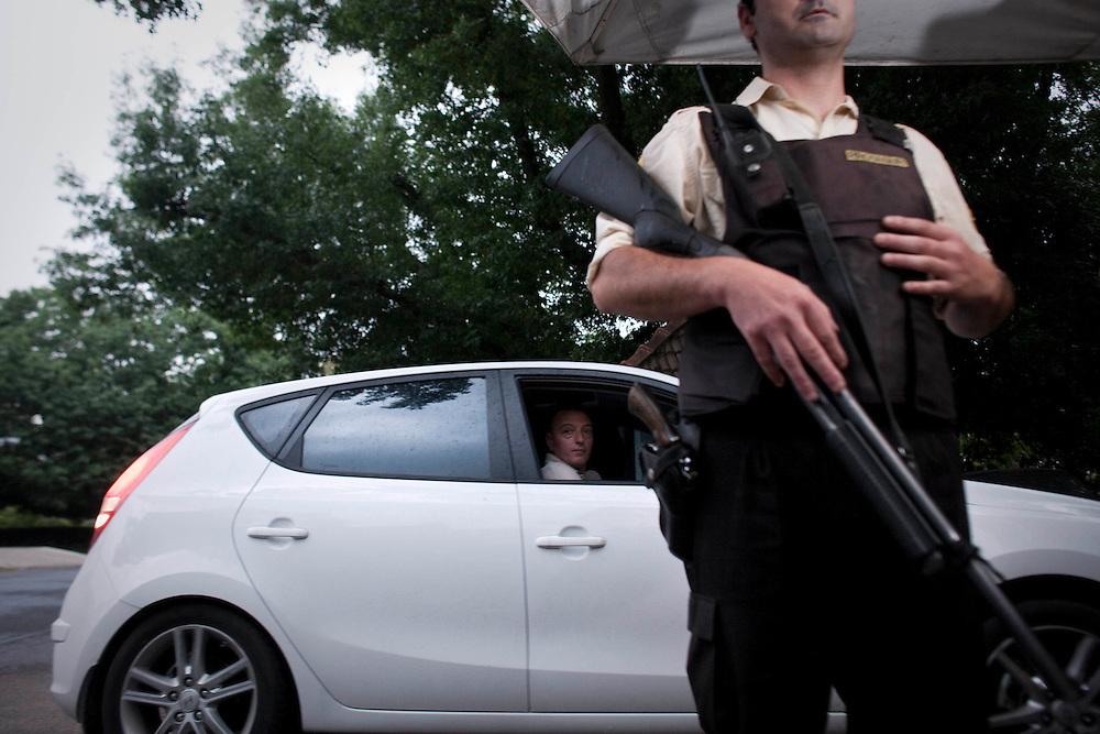 Horacio, jefe de familia regresa con su hija. El Barrio es protegido por seguridad privada.