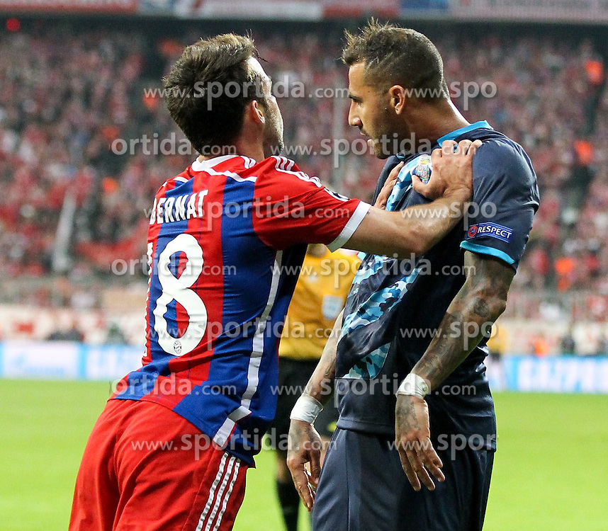 21.04.2015, Allianz Arena, Muenchen, GER, UEFA CL, FC Bayern Muenchen vs FC Porto, im Bild l-r: Rangelei, rauferei, Pruegelei, Schlaegerei zwischen Juan Bernat #18 (FC Bayern Muenchen) und Ricardo Quaresma #7 (FC Porto) // during the UEFA Semi Final 2nd Leg Match between FC Bayern Munich and FC Porto at the Allianz Arena in Muenchen, Germany on 2015/04/21. EXPA Pictures &copy; 2015, PhotoCredit: EXPA/ Eibner-Pressefoto/ Kolbert<br /> <br /> *****ATTENTION - OUT of GER*****