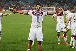 13.07.2014, Maracana, Rio de Janeiro, BRA, FIFA WM, Deutschland vs Argentinien, Finale, im Bild Mats Hummels (GER) mit dem WM-Pokal // during Final match between Germany and Argentina of the FIFA Worldcup Brazil 2014 at the Maracana in Rio de Janeiro, Brazil on 2014/07/13. EXPA Pictures © 2014, PhotoCredit: EXPA/ Eibner-Pressefoto/ Cezaro<br /> <br /> *****ATTENTION - OUT of GER*****