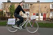 Een wijkzuster rijdt op een nieuwe fiets die ze heeft gekregen in het kader van het project Zichtbare Schakel. Het project moet de wijkverpleegkundigen zichtbaar maken in de wijk. De verpleegkundigen verlenen niet alleen zorg, maar zijn ook aanspreekpunt tussen bewoners en de professionals.<br /> <br /> A nurse is riding the bicycle for her work.