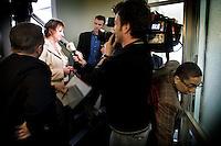 Nederland. Den Haag, 16 april 2008.<br /> Mariette Hamer staat de pers te woord. Vandaag werd duidelijk dat Jacques Tichelaar afscheid neemt als fractievoorzitter van de PvdA Tweede kamerfractie. Rechts : John Leerdam glipt langs de cameraman.<br /> Foto Martijn Beekman <br /> NIET VOOR TROUW, AD, TELEGRAAF, NRC EN HET PAROOL