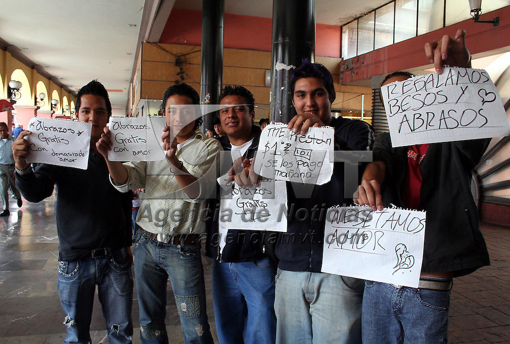 Toluca, Mex.- Jovenes estudiantes regalan besos y abrazos en la Concha Acustica de los Portales de la ciudad de Toluca. Agencia MVT / Javier Rodriguez. (DIGITAL)<br /> <br /> NO ARCHIVAR - NO ARCHIVE
