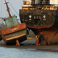 SHINIUJU, OCTOBER-26:workers repair a ship in Shiniuju,October 26,2006.
