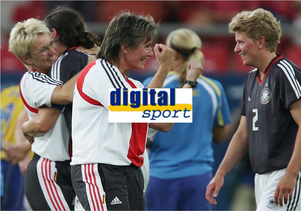 Fotball, 26. august 2004, Ol Athen, v.l. Tina Theune-Meyer trener for Tyskland