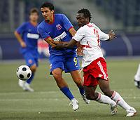 Fotball<br /> Romania<br /> Steaua Bucuresti <br /> 04.08.2008<br /> Foto: Gepa/Digitalsport<br /> NORWAY ONLY<br /> <br /> Red Bull Salzbug vs Steaua Bukarest<br /> <br /> Valentin Badea (Steaua) und Louis Ngwat Mahop (RBS)