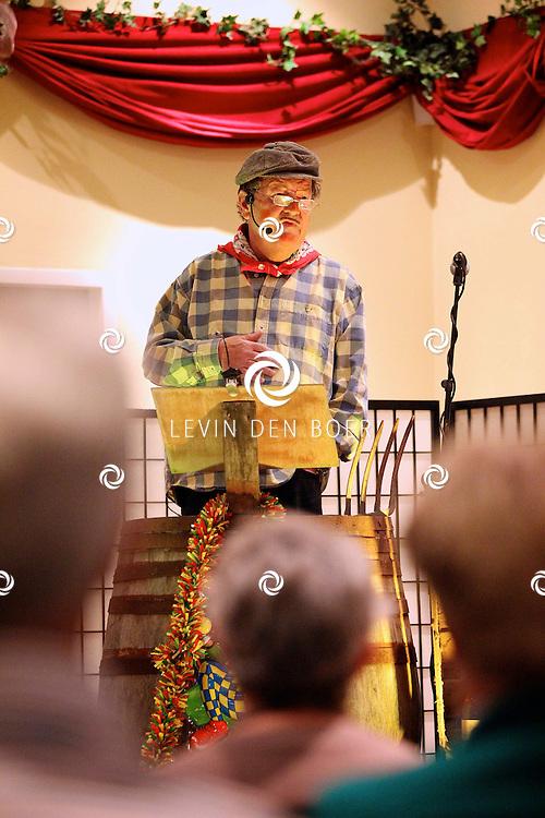 AALST - In het dorpshuis De Drie Linden is het jaarlijkse Ton-Proaten weer gestart. Hier komen verschillende komieken omstebeurt het podium op om hun verhaal te doen. FOTO LEVIN DEN BOER - PERSFOTO.NU
