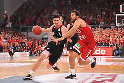 21.06.2015, Brose Arena, Bamberg, GER, Beko Basketball BL, Brose Baskets Bamberg vs FC Bayern Muenchen, Playoffs, Finale, 5. Spiel, im Bild Nihad Djedovic (FC Bayern Muenchen / links) versucht sich gegen Elias Harris (Brose Baskets Bamberg / rechts) durchzusetzen. // during the Beko Basketball Bundes league Playoffs, final round, 5th match between Brose Baskets Bamberg and FC Bayern Muenchen at the Brose Arena in Bamberg, Germany on 2015/06/21. EXPA Pictures &copy; 2015, PhotoCredit: EXPA/ Eibner-Pressefoto/ Merz<br /> <br /> *****ATTENTION - OUT of GER*****