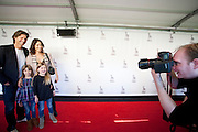 Rick Engelkens poseert met zijn gezin voor celebrity fotograaf Sven Hoogerhuis op de rode loper. In Utrecht is de film Bennie Stout in premiere gegaan tijdens het Nederlands Film Festival.<br /> <br /> Dutch actor Rick Engelkens is posing with his family for Sven Hoogerhuis at the premiere of the movie Bennie Stout at the Nederlands Film Festival.