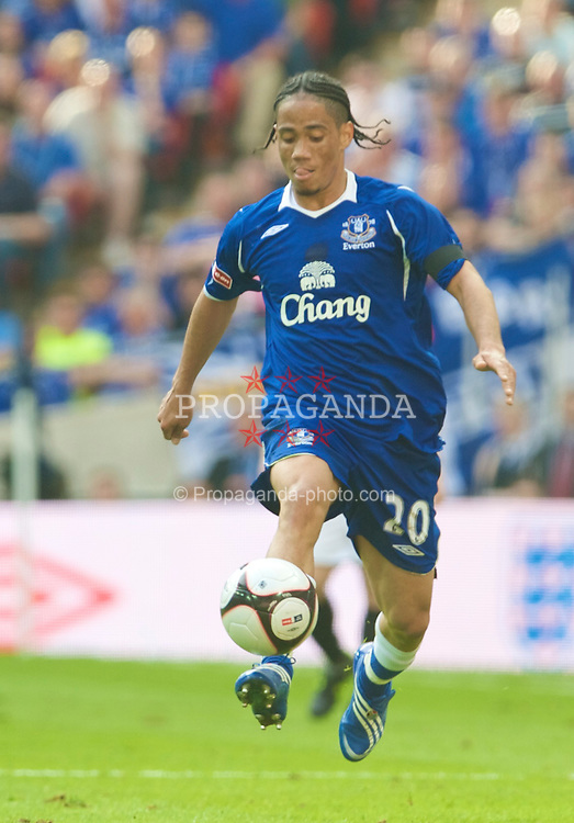 LONDON, ENGLAND - Sunday, April 19, 2009: Everton's Steven Pienaar in action against Manchester United during the FA Cup Semi-Final match at Wembley. (Photo by David Rawcliffe/Propaganda)