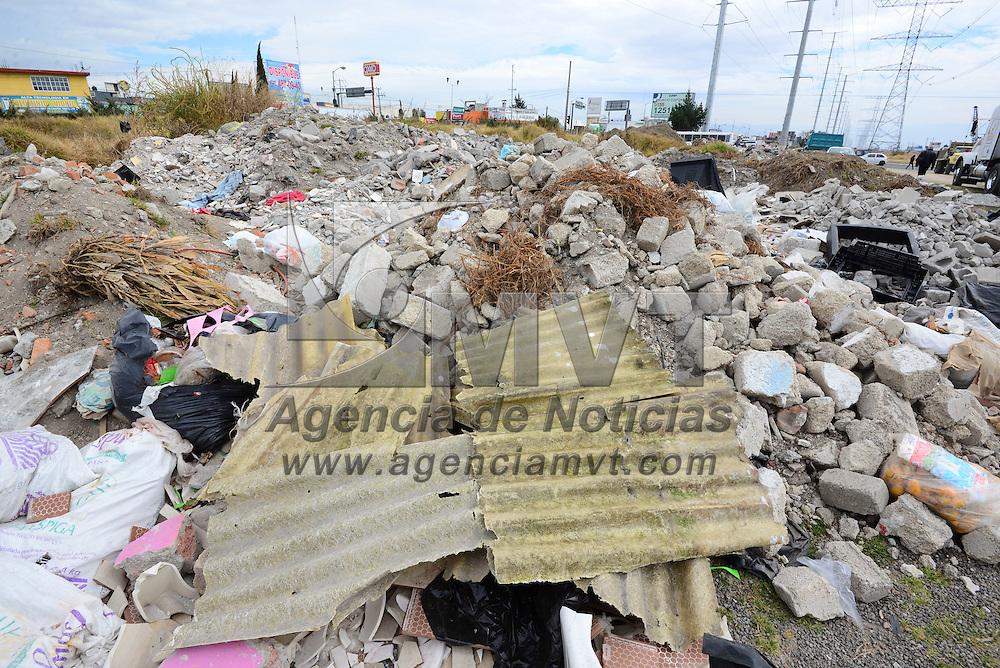 Metepec, Méx.- A un costado de donde se realizan las obras del tren suburbano México-Toluca en avenida Las  Torres y Manuel J. Cluthier han comenzado a tirar basura de casas y negocios, así como cascajo. Agencia MVT / Crisanta Espinosa