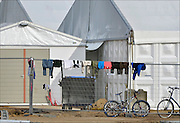 Nederland, the Netherlands, Nijmegen, 12-10-2015 Kamp, tentenkamp Heumensoord, de tijdelijke noodopvang, azc, van het COA. Nu verblijven er een kleine 1000 asielzoekers.  Op het kamp wordt nog volop gewerkt aan de tweede en derde fase voor de overige 2000 mensen, alsmede aan de infrastructuur voor elektra, afvoer en water. FOTO: FLIP FRANSSEN