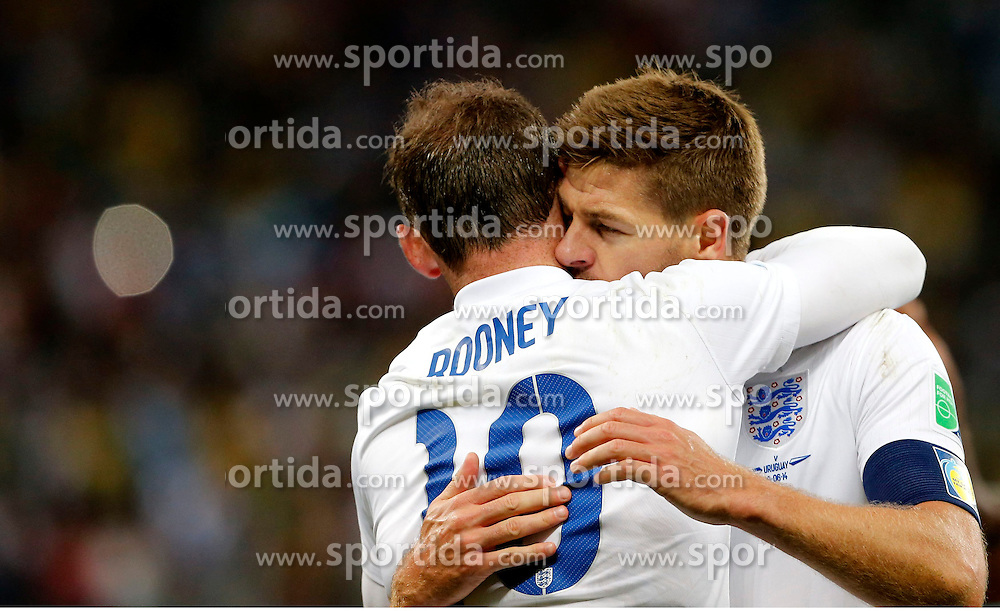 19.06.2014, Arena de Sao Paulo, Sao Paulo, BRA, FIFA WM, Uruguay vs England, Gruppe D, im Bild England's Wayne Rooney (front) celebrates with his teammate Steven Gerrard // during Group D match between Uruguay and England of the FIFA Worldcup Brasil 2014 at the Arena de Sao Paulo in Sao Paulo, Brazil on 2014/06/19. EXPA Pictures &copy; 2014, PhotoCredit: EXPA/ Photoshot/ ZHOU LEI<br /> <br /> *****ATTENTION - for AUT, SLO, CRO, SRB, BIH, MAZ only*****